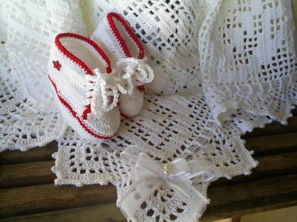 Manta de Crochê feita em linha de algodão.Especial para bebês que nascem em clima quente ou no verão. Acompanha 1 par de tênis all star branco ou uma sandalinha branca. Destaque: Quadros borboleta -fita de organza  com laço e pérolas. Medida: 82 cm X 82 cm. Pode ser feita em qualquer cor . R$ 125,00