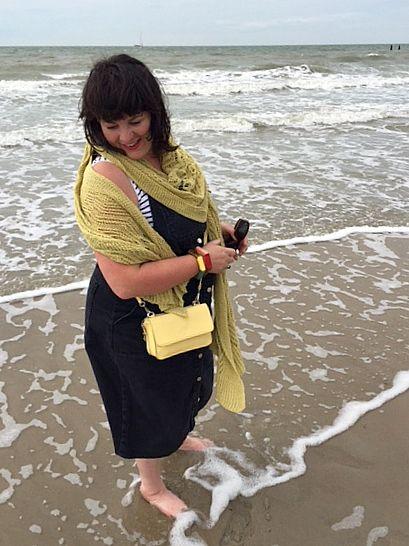 erna de reuver knitwear gele sjaal strand