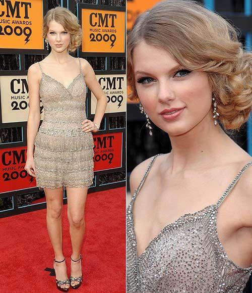 En los CMT Music Awards, Taylor Swift se decantó por un minivestido con falda escalonada, de Collette Dinnigan (colección 'Resort' 2009), y sandalias-joya con plataforma y fino tacón, de Prada.
