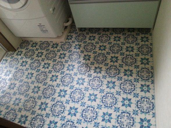 ホーム・オーガナイザー/にしおかゆきえさんの作品『洗面所の床を ... 我が家の洗面所の床に小さいアクセントラグを敷いていたのですがラグの洗濯が面倒に!!そんな時にお安い・とても素敵なフロアシートを見つけたので簡単にDIYしま ...