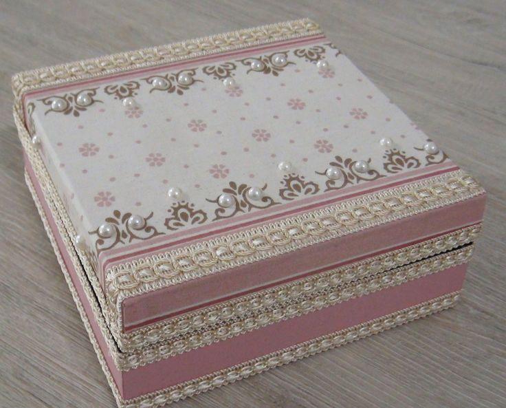 Caixa em MDF revestida com tecido 100% algodão, rendas e chatons.