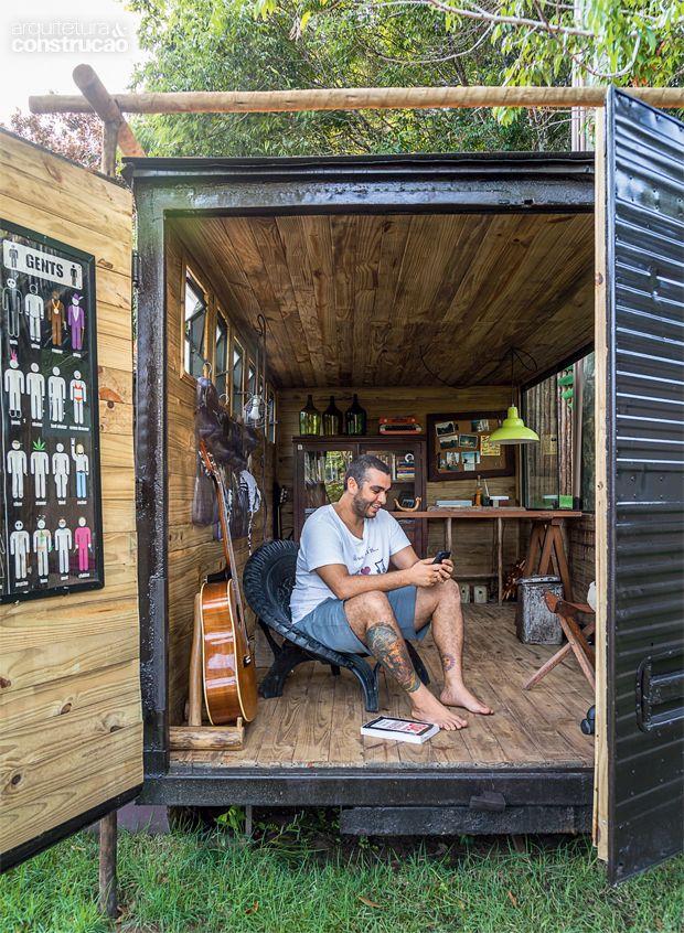 01-um-home-office-dentro-de-um-bau-de-caminhao-no-meio-do-jardim