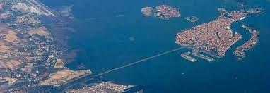 Un progetto non realizzato prevedeva di costruire un grande #serbatoio #sottomarino parallelo al ponte. Vedi http://www.altratecnica.it/indicemiscellaneanuova/indiceacquedotti/sansec_agosto2002.html