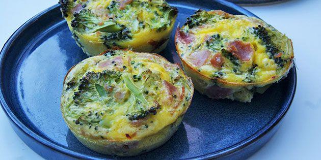 Det er virkelig hurtigt at lave disse super lækre æggemuffins med et herligt fyld af broccoli og skinke. Perfekt til en sund morgenmad, brunch eller frokost.