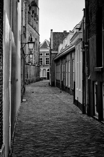 Nieuw in mijn Werk aan de Muur shop: Een verlaten Catharijnesteeg in het centrum van Utrecht