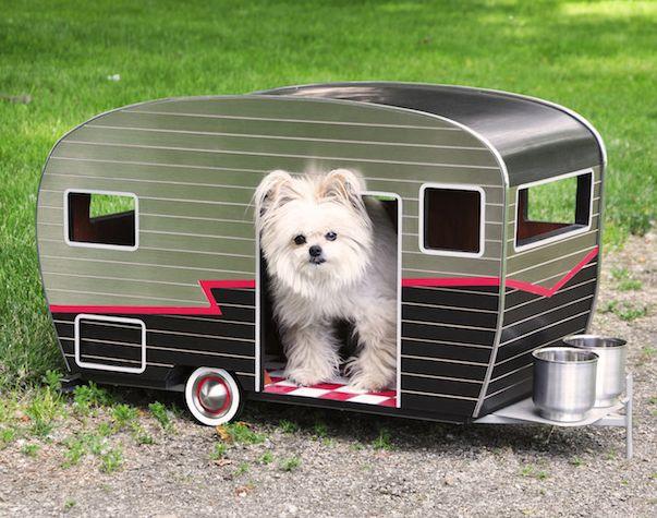 Existen remolques gigantescos para los seres humano, incluso algunos son tan grandes como una casa, pero,  ¿por qué  los perros no tienen su propio remolque también? Este diseño soluciona ese problema y ofrece una original casa para todos ese perros de razas pequeñas.