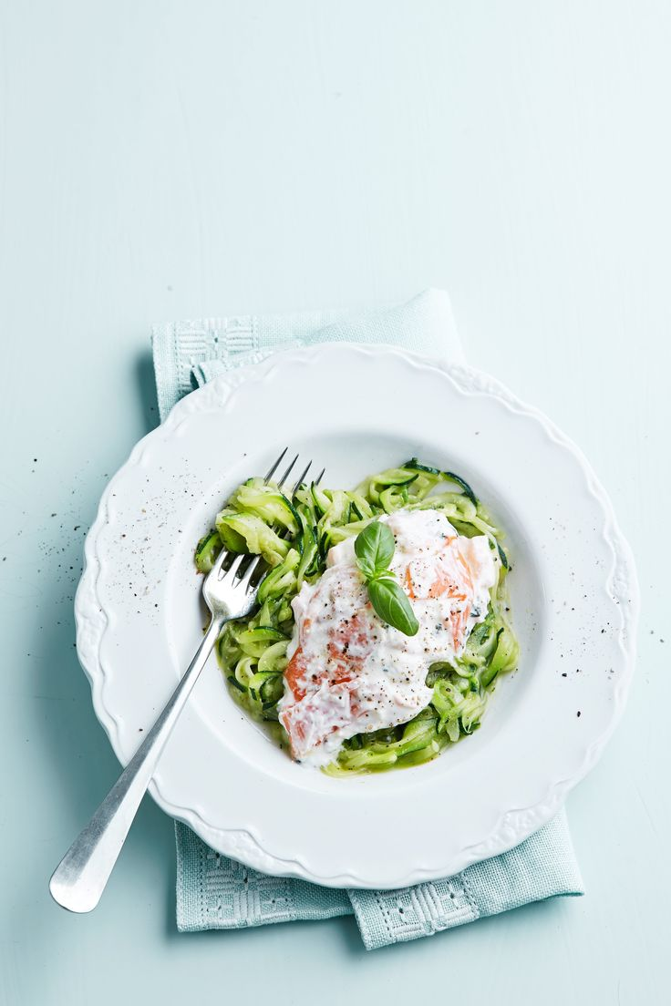 Här är en pastarätt som verkligen imponerar! Fin kombination av fräsch zucchini, krämig örtsås och mild sälta från rökt lax. Smart bjudmat både till helg och vardag!