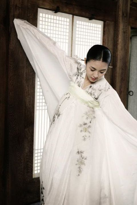 Hwang Jin Yi (황진이) (2006) - Ha Ji Won stars as the legendary poet, musician, dancer and gisaeng in another beautiful Crane Dance #Hanbok #Kdrama - ep 24