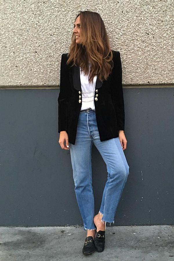 Mom jeans Blusa branca Blazer preto Mule