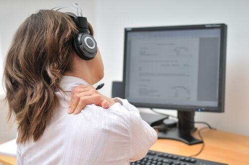 """Dolore-al-collo Che cos'è il dolore cervicale e quali sono le cause scatenanti? L'espressione """"dolore cervicale"""" fa riferimento ai fastidi o dolori che interessano tutta la zona del collo, quindi muscoli, vertebre, ossa e dischi intervertebrali. Una delle cause più comuni del dolore cervicale è la tensione o contrattura dei muscoli del collo provocata dalle attività quotidiane come dormire in una posizione scomoda, stare chini sul tavolo o sulla scrivania per ore, tenere il monitor del…"""