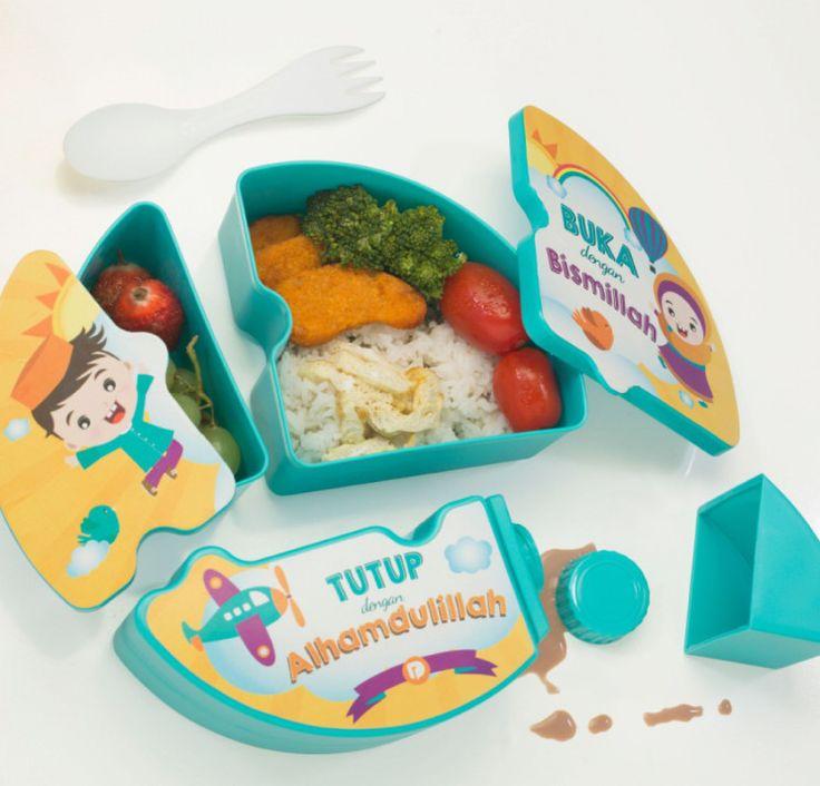 """Aku Anak Indonesia Puzzle Lunch Box adalah wadah makan yang paling seru untuk anak-anak. Tempat makan kesayangan dapat meningkatkan nafsu makan si kecil. Warna tosca dan tas kuning, paduan warna yang ceria. Ilustrasi yang mengajarkan anak-anak untuk selalu menjadi anak yang Shaleh. Salah satunya yang selalu Ayah Bunda ajarkan pada si Kecil adalah """"Buka dengan Bismillah, Tutup dengan Alhamdulillah"""". BPA Free  harga 129rb  Pemesanan : WA = 085745424857  http://wp.me/p5g2aX-to"""