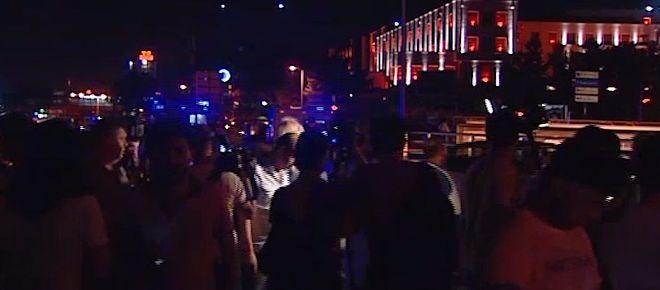 Ankara'da tanklar halkı ezdi  Genelkurmay Başkanlığına tanklarla gelen darbeciler vatandaşların onlara engel olmak üzere toplandıklarının gördü. Bunun üzerine darbeciler tankları halkın üzerine sürdü. Çok sayıda vatandaşın şehit olduğu bölgede çatışmalar sabaha kadar sürdü.