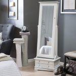 Dekorasyon trendleri arasında son dönemde özellikle yatak odasına düzen ve depolama çözümleri sunan dekoratif aynalı takı ve aksesuar dolapları büyük ilgi gören tasarımlar arasındalar. Kadınların büyük ilgi gösterdiği ve severek kullandığı takı dolapları hem yatak odası dekorasyonuna dekoratif ve şık bir hava kazandırıyor hemde makyaj malzemeleri dahil olmak üzere tüm takılar ve aksesuarlar tek bir