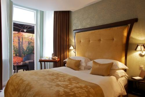 In elegant Marylebone, the 5-star Ten Manchester Street Hotel features a cigar terrace and luxury rooms with free Wi-Fi. Lively Oxford Street and Bond Street are a 10-minute walk away. The spacious, boutique bedrooms have modern bathrooms with rain showers and fluffy robes.