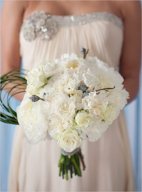 букет невесты с гвоздиками розами и пионами