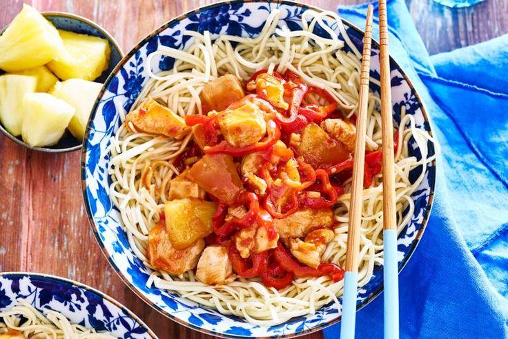 Kip in zoetzure saus met noedels en puntpaprika - Recept - Allerhande