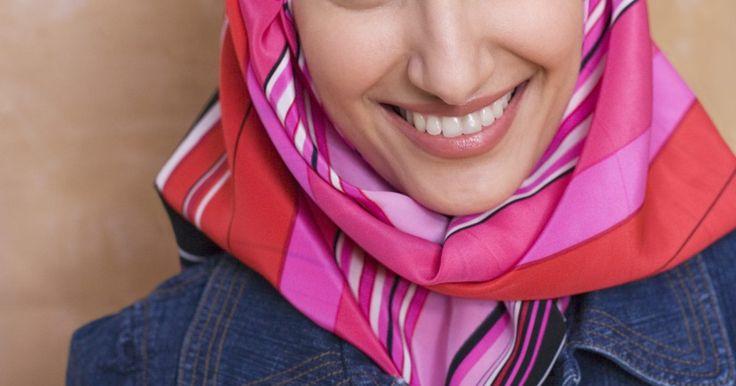 ¿En qué países las mujeres utilizan hiyab?. El hiyab, o pañoleta femenina musulmana, ha estado bajo crítica en aumento en los países occidentales. La gente argumenta que es abiertamente religioso; que oscurece el rostro de la mujer, que representa problemas de seguridad e identidad; y argumentan que es represivo. Aquellos a favor de su uso sostienen que es una práctica religiosa importante; ...