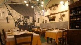 L'Osteria Ristorante Pizzeria Antica Sicilia si trova nel cuore della città di Catania e offre ai clienti un vero e proprio matrimonio di storia, tradizioni e sapori siciliani. Le sale accoglienti e spaziose permettono di trascorrere pranzi e cene in allegria circondati dall'atmosfera conviviale del ristorante. In estate, inoltre, è possibile immergersi nella brulicante e allegra vita cittadina prenotando un tavolo sulla bella terrazza. Il menu si compone di piatti tradizionali