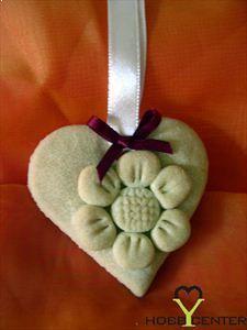Kreatív ötletek anyák napjára: Anyák napi szív só-liszt gyurmából    http://www.hobbycenter.hu/Unnepek/anyak-napi-sziv.html#axzz2LeuGgCUw
