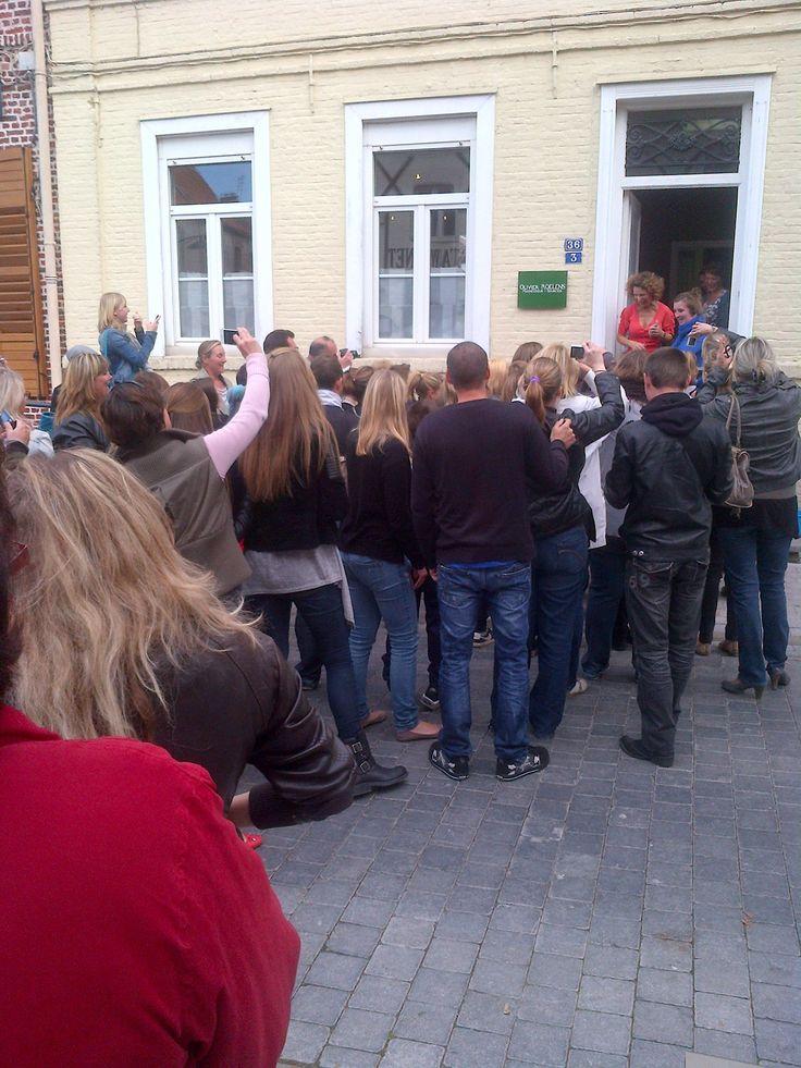 fans devant le presbytère devenu résidence du régisseur