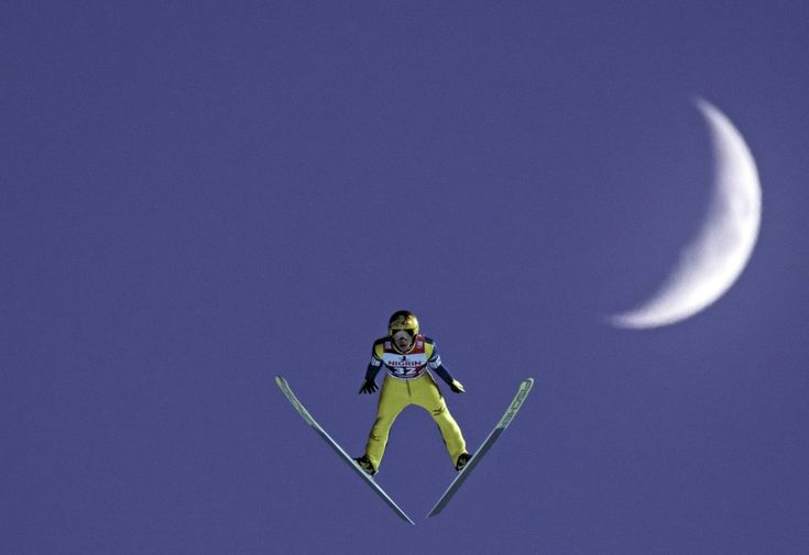 El japonés Noriaki Kasai salta frente a la luna durante la Copa Mundial de Saltos de Esquí de las FIS en Klingenthal (Alemania), el 4 de diciembre de 2016.
