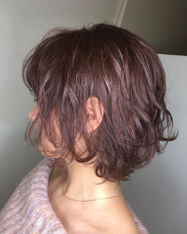 ヘアカラーはピンクグレージュで少しパーマをかけています 色自体は暗めですがツヤがあるので綺麗に仕上がっています 髪 カラー 髪 色 ヘアカラー 暗め