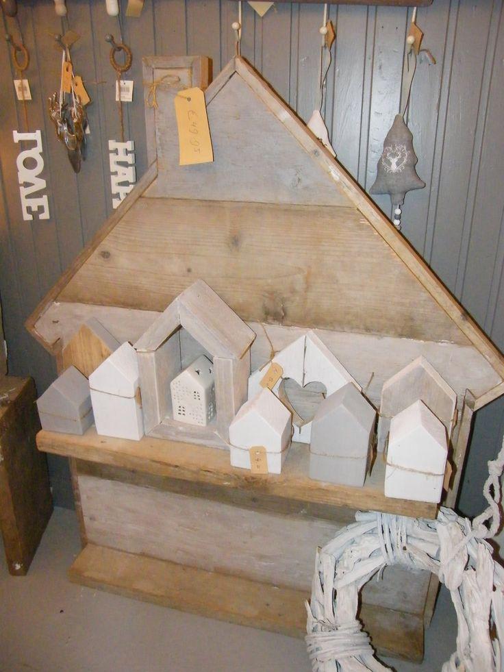 diverse soorten huisjes gemaakt van (steiger)hout op een rij op een schap van een groot steigerhouten huis!