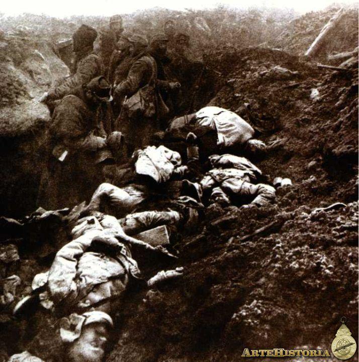 En 1915 Se produjeron tres graves derrotas para la Alianza (Francia, Rusia e Inglaterra): 1) la derrota de Rusia tanto en la zona oriental de Prusia (febrero), como en Galacia (mayo), como, finalmente, en Polonia (mayo-septiembre), en donde los ejércitos alemanes obligaron a los rusos a realizar una retirada general hasta el golfo de Riga; 2) la derrota de Serbia (octubre-diciembre de 1915); 3) la derrota del estrecho de los Dardanelos (febrero de 1915-enero de 1916).