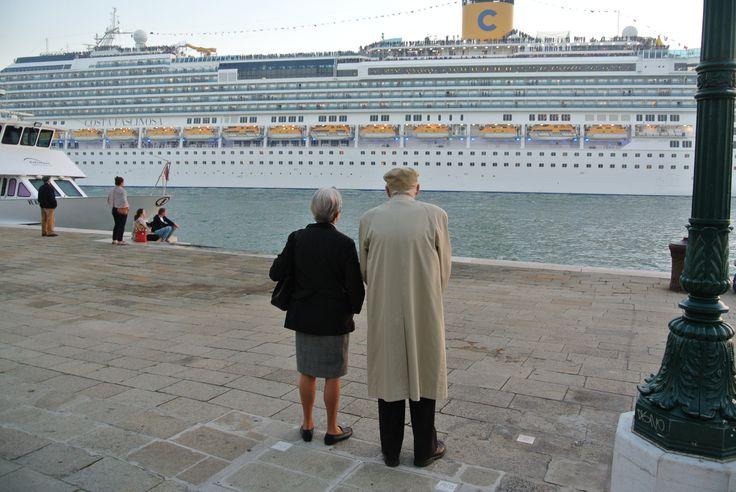 Cruise ship leaving Venice Italy - Cruiseship verlaat Venetie