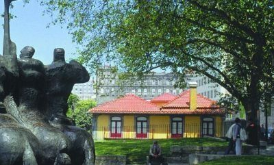 Cooperativa Árvore. Fundada em 1963 por um grupo de artistas plásticos. Exposições de artes plásticas, edição de livros e catálogos, edição de obra gráfica e cerâmica. Passeio das Virtudes, #Porto.   #Portugal