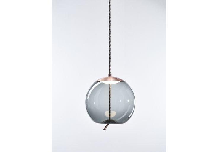 KNOT, kolekce majestátních závěsných svítidel, konfrontuje dva odlišné materiály, dva odlišné principy – měkkost oblých křivek průzračného foukaného skla a přísnost vypnutého režného lana. Výsledný design je překvapivý, přímočarý a důstojný zároveň. Plné zaoblené tvary variujících proporcí protíná robustní lano, které zdánlivě deformuje skleněné dno a vytváří tak efekt plasticity a elasticity.