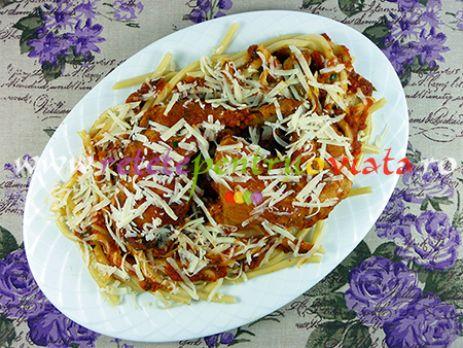 Reteta de paste cu pui si sos de rosii este foarte gustoasa si usor de preparat, ideala pentru mesele de familie sau cand avem invitati.