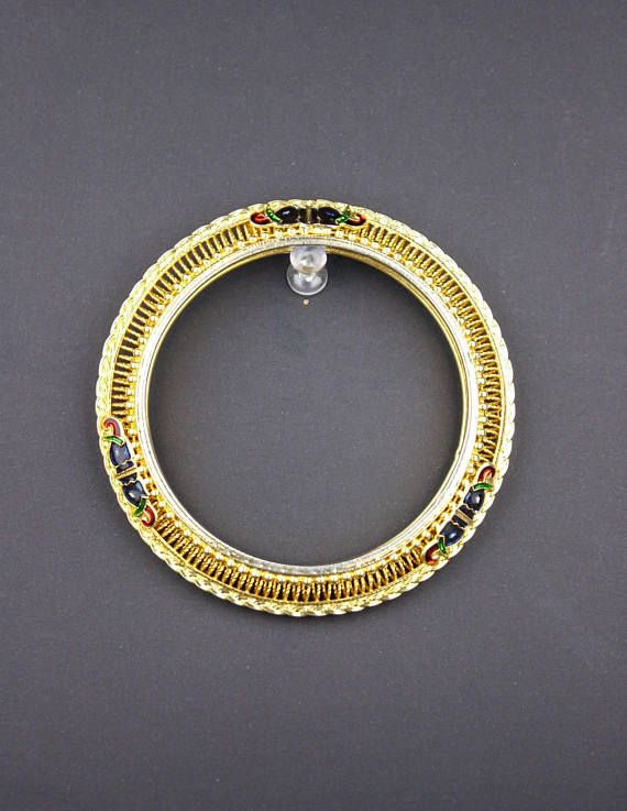 Check out this item in my Etsy shop https://www.etsy.com/ca/listing/560807661/90s-indian-bangle-bracelet-gold-tone