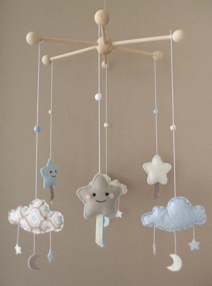 """Sur commande, Mobile kawaii """"Mes belles étoiles"""" avec nuages et lunes, couleurs bleu pastel, écru, blanc"""