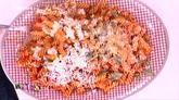 Βίδες με γαρίδες και υπέροχη κόκκινη σάλτσα βασιλικού