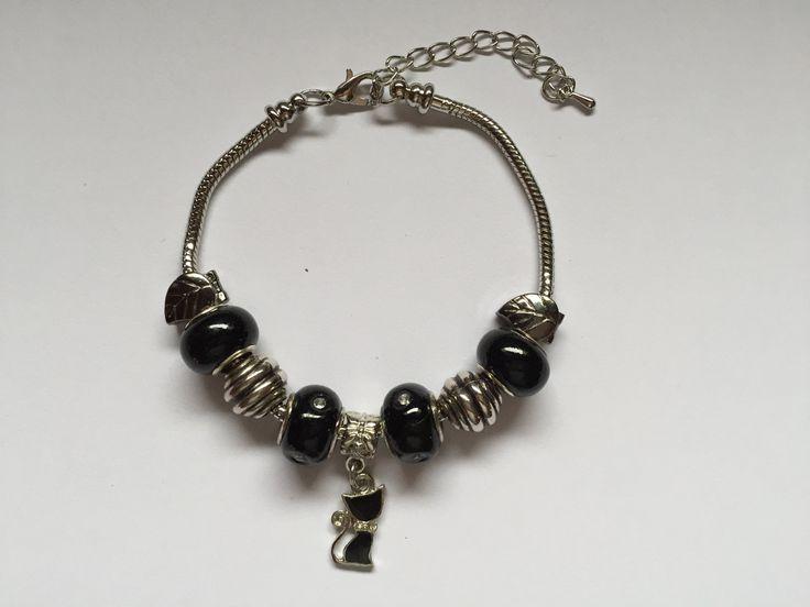 Bracelet charm's , argenté ,noir , avec breloque chat    réf  744 de la boutique perlesacoco sur Etsy