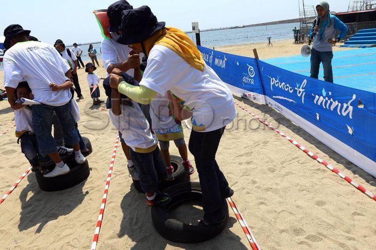 """Foto Kelompok keluarga mengikuti lomba pada acara bertajuk """"Family Fun Day With MNC Channels"""" di Pantai Carnaval, Ancol, Jakarta, Minggu (30/08/2015)...."""