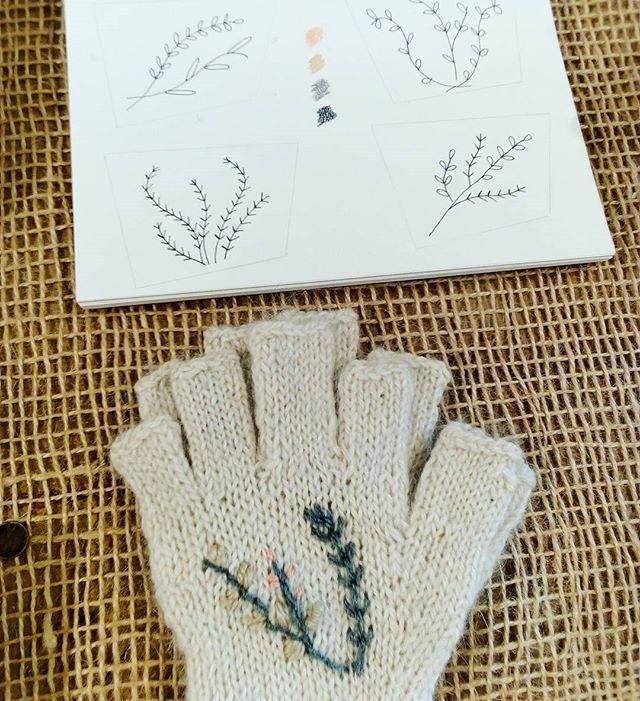 Trabajando en la nueva colección...acá va un adelanto de nuestros mitones de llama tejidos a mano intervenidos x Cris Benavides de @b.o.r.d.a.r . . . . . . Estamos de Martes a Sábados de 15 a 20 en @casaoz.bsas . . . . . #invierno2018 #anticipo #weareobra #fibrasnaturales #hechoamano #hechoenargentina #bordados #naturalfibres #handmade #embroidery #compralocal #compraemprendedor #palermo #artesan