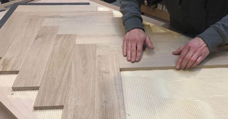 Stap 1  Zaag de ondergrond voor het tafelblad uit het verlijmd multiplex. Plak twee van deze platen op elkaar en maak het met schroefjes nog wat steviger vast. Het blad wordt 80 bij 160 cm. Teken met potlood twee lijnen aan de zijkanten en eentje in het midden. Zaag ook alvast de vloerdelen op maat: deze plankjes zijn 45 cm lang en 9 cm breed.