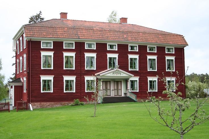 Bog old Swedish red farmhouse  Byggnadsvård i Gävleborh