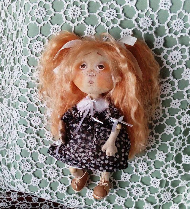 Новенькая малышка. Длинноногая) Сидит отлично за счёт новой выкройки. Ножки и ручки на шарнирах. Волосы - тресс из козочки. С стрессом я перестаралась - копна волос не по детских густая) #кукла #текстильнаякукла #интерьернаякукла #instadolls #handmade #ht_handmade #best_work #best_handmade_world #artdoll #Самара #Евгения_Лиси