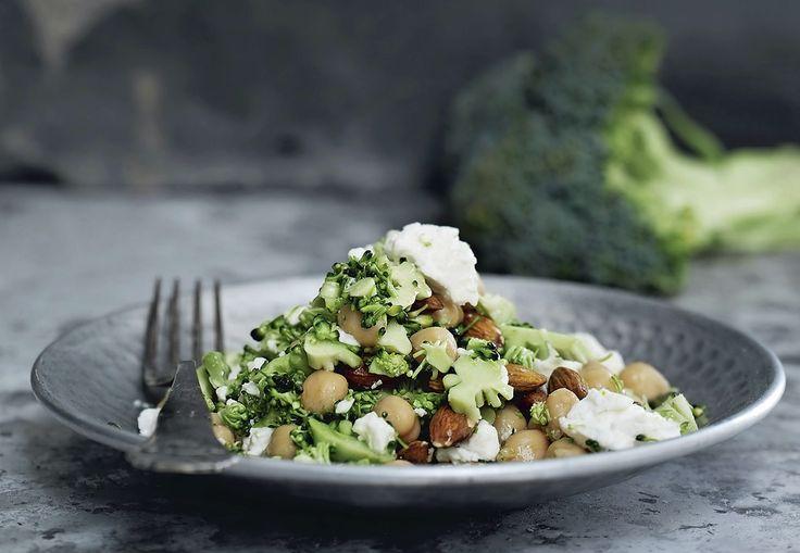 Kikärtor är fullproppade med vitaminer och mineraler. Testa att äta dem i denna sallad med broccoli och fetaost under dina fastedagar.
