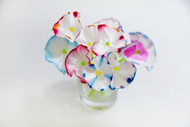 Kaffeefilter-Blumen sind das perfekte DIY zum Basteln mit Kindern. Es macht richtig viel Spaß, der Filzstift-Farbe beim Verlaufen zuzuschauen und am Ende schmücken sie Fensterbänke und Regale fast so schön wie echte Blumen. Wer hätte gedacht, dass Kaffeefilter uns nicht nur morgens zum Kaffeetrinken behilflich sein können, sondern auch als ausgezeichnetes Bastelmaterial geeignet sind.