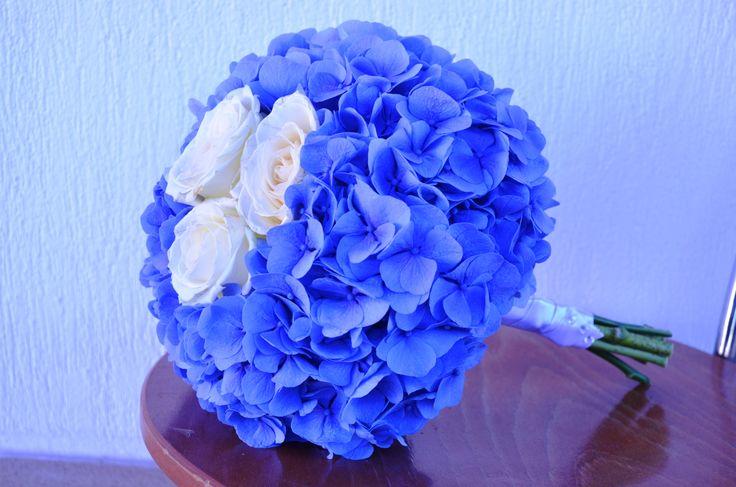 Buchet realizat cu hortensia si trandafiri