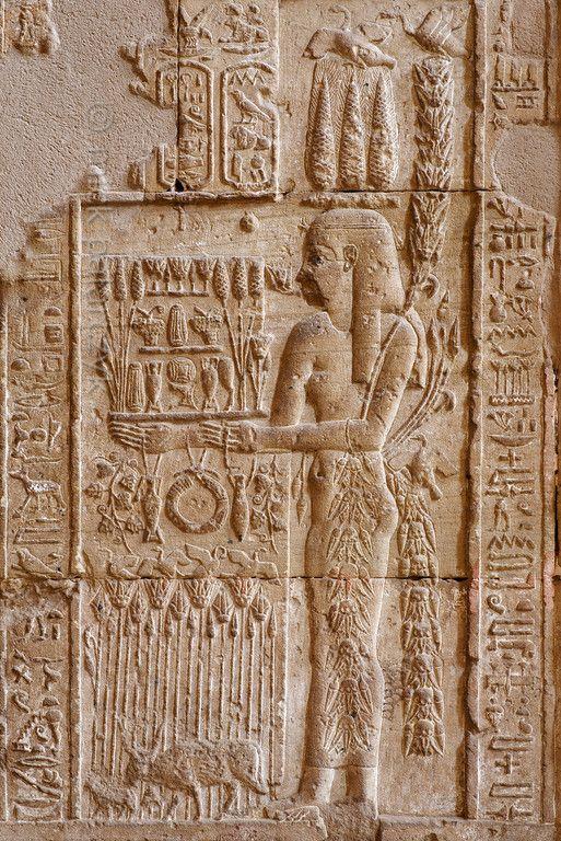 [MISIR 29597]  'Dendera'da doğurganlık tanrıçası.'    Bereket tanrıçası Mısır, ekmek, çiçek ve üzüm kulakları ile bir tepsi, genellikle Demeter, Hasat tanrıçası ile ilişkili Sürü Sepet değil aksine zararlı. Bu Mısır tanrıçası ... bir başlık olarak Mısır üç kulakları vardır ve çiçekler onun vücuduna sarılmış birkaç çelenk vardır.  Kabartma at, Dendera'da Hathor tapınağında dış hypostyle hall (İç) Batı duvarının alt kısmında yer almaktadır. Tapınağın bu kısmı ilk yüzyılda sırasında inşa…