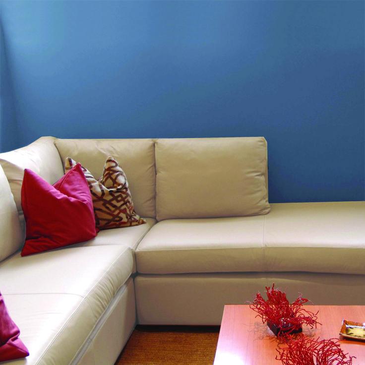 resalta tus muebles claros con paredes oscuras pintura behr jazz blue sg