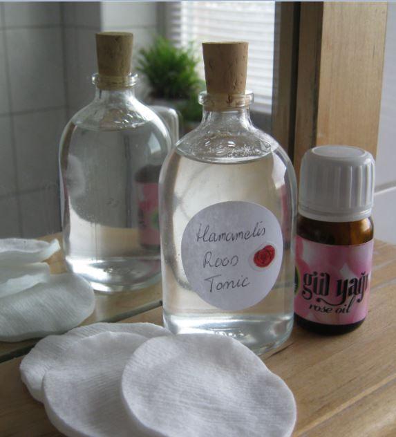 Een diy gezichtstonic zuivert je huid, herstelt de pH-waarde en houdt de vochtbalans op peil. Leer hier hoe je makkelijk zelf een tonic maakt.
