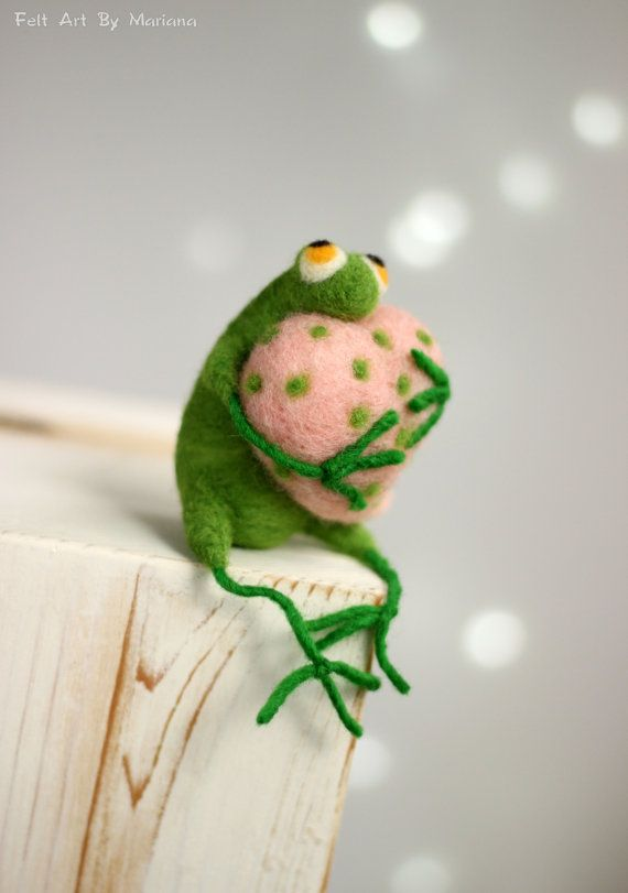 Nadelfilz Frosch - wenig Nadelfilz grüne Frosch mit rosa Herz - Nadelfilz Art Doll - Frosch Miniatur - Heimtextilien - Feder-Dekor