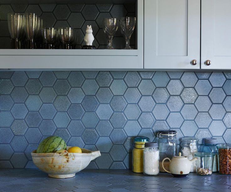 """Heath Tile Layered Glazes add texture that's subtle and nuanced from afar, and richly speckled up close. This kitchen backsplash features our LM1 Heath Ceramics LM1 Chalk-Gunmetal on 3.5"""" Hex Classic Field tile // Photo by Richard Powers.  Architecture by Barbara Brown.  Design by Catherine Bailey."""