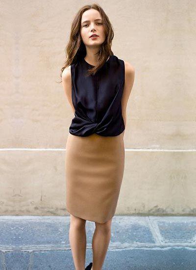 紺ブラウス×ベージュスカートのコーデ(レディース)海外スナップ | MILANDA